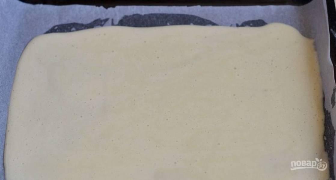 Застелите противень пергаментом для запекания, смажьте его растительным маслом так, чтобы бумага пропиталась. Затем вылейте на нее тесто для бисквита. Выпекайте его при температуре 220 градусов восемь минут.