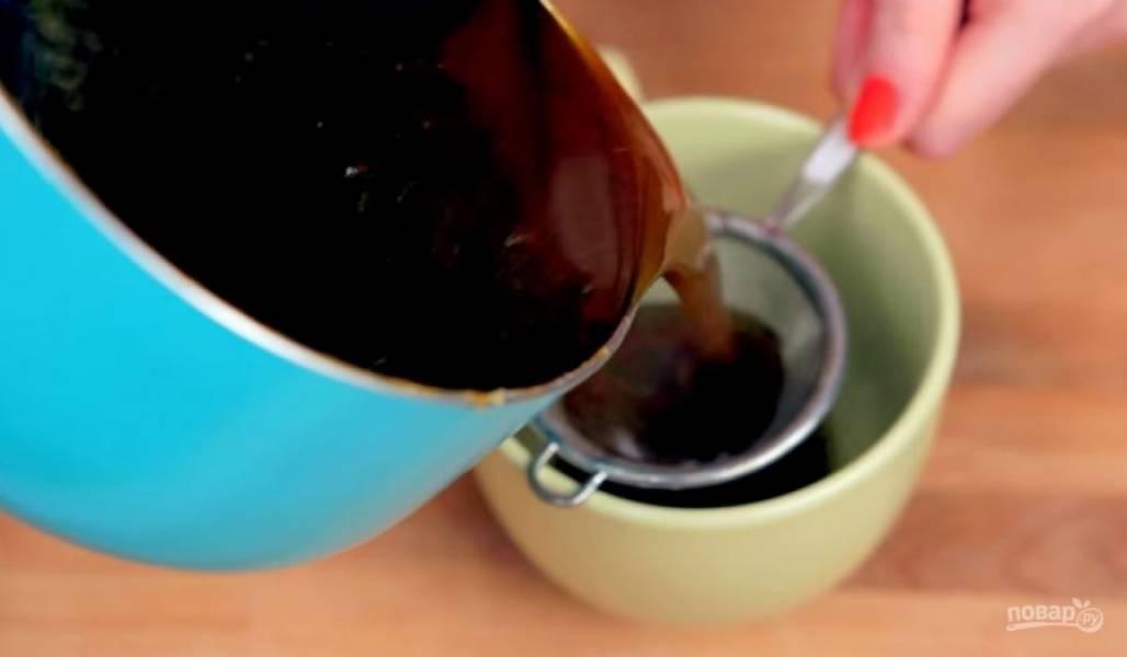 2. Потом добавьте тыквенное пюре и хорошо все перемешайте. Процедите сироп и дайте ему остыть.