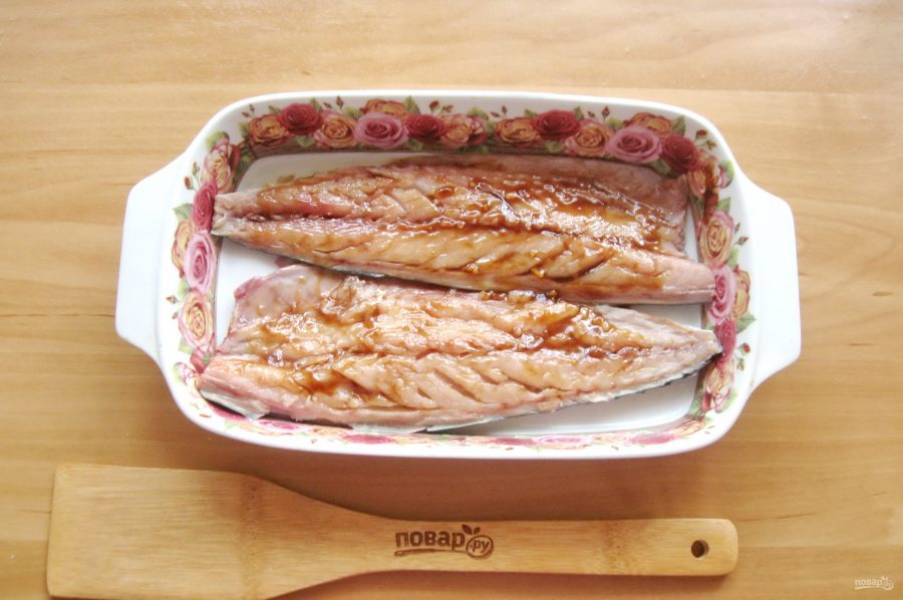 Выложите рыбу в форму для запекания и смажьте соусом терияки.