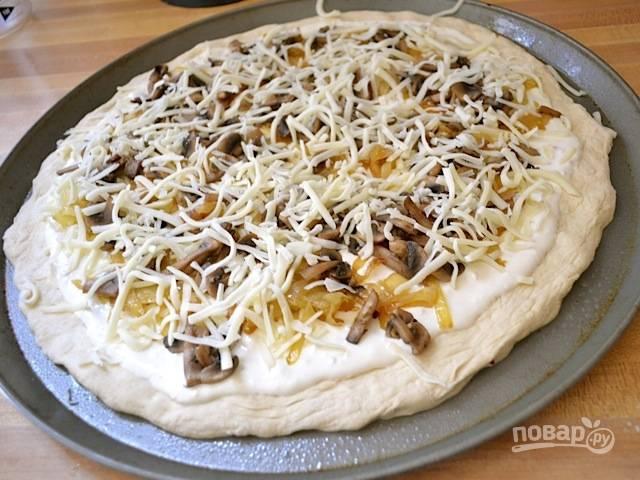 11.Натрите моцареллу на терке, посыпьте поверх лука и грибов.