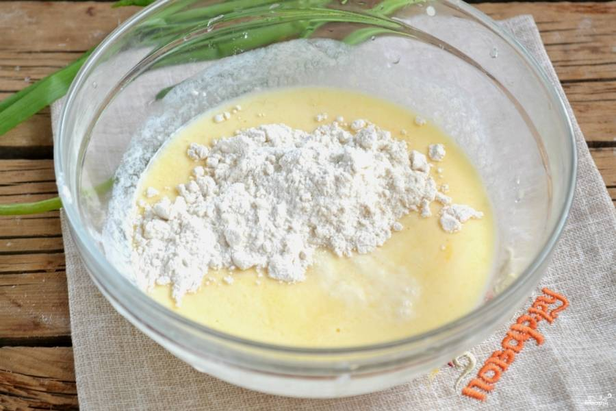 Добавьте просеянную муку, замесите мягкое тесто.
