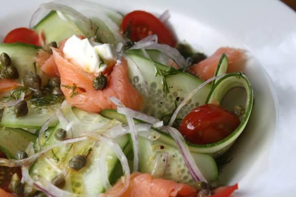 2. Приготовленные овощи выложите в миску. Укроп понадобится для соуса. Семгу нарежьте или порвите тонкими полосками, добавьте в миску вместе с каперсами. Приготовьте соус, смешав в мисочке горчицу, уксус и масло, добавьте соль, перец, укроп, еще раз перемешайте. Выложите салат на порционные тарелки. Выложите на каждую порцию немного сметаны.