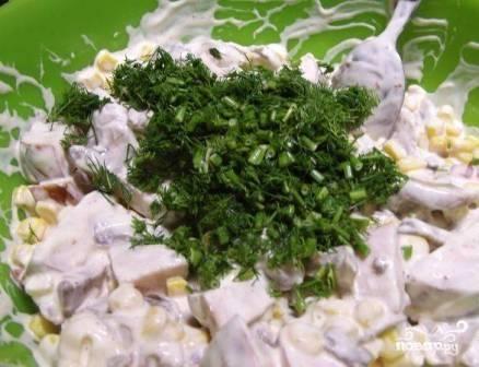 Мелко нарезаем зелень укропа, добавляем её к салату. Перемешиваем.