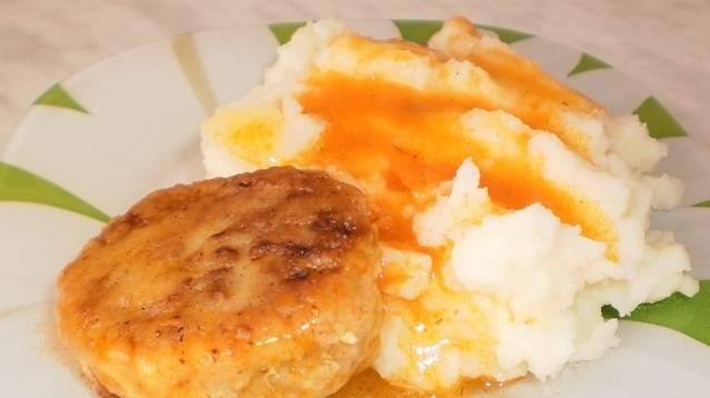 6. К котлеткам можно приготовить томатный или сливочный соус и отварить любой гарнир. Я остановила свой выбор на картофельном пюре.