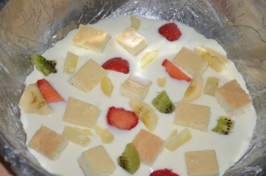 9. Выливаем немного заливки, всыпаем фрукты и нарезанный бисквит.