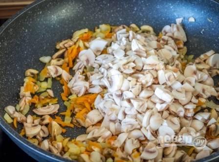 И отправляем грибы на сковороду. Обжариваем, помешивая, до легкого золотистого цвета.