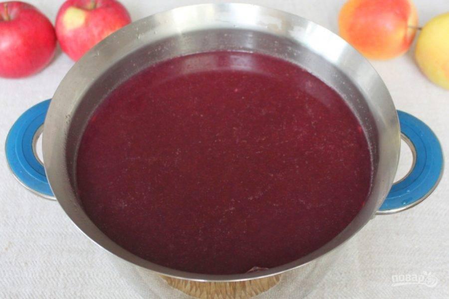Перед закипанием пена поднимается на поверхности, ее убираем и варим сок на малом огне около 5-7 минут.