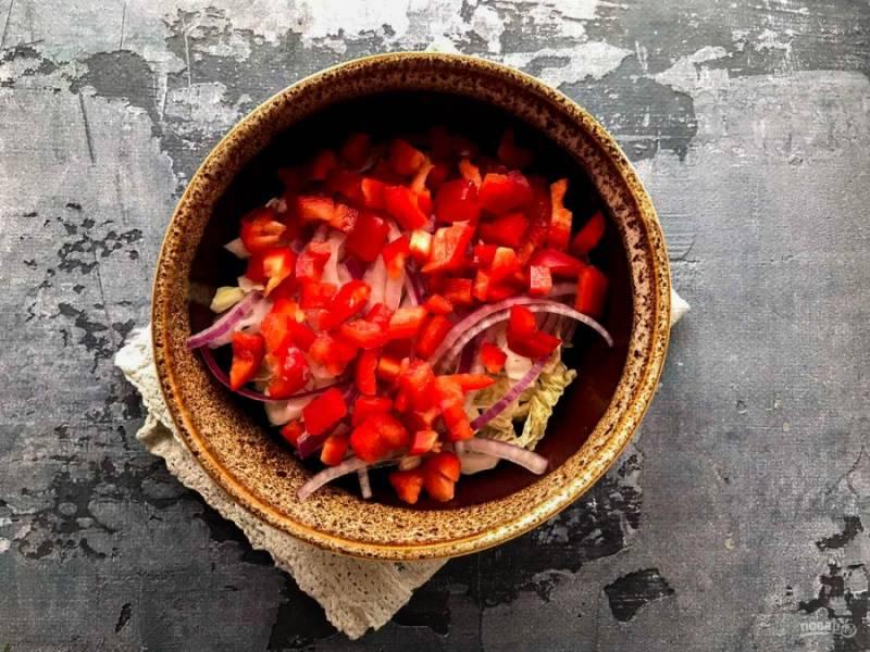 Болгарский перец хорошо помойте под проточной водой, обсушите бумажным полотенцем и нарежьте небольшими кубиками.