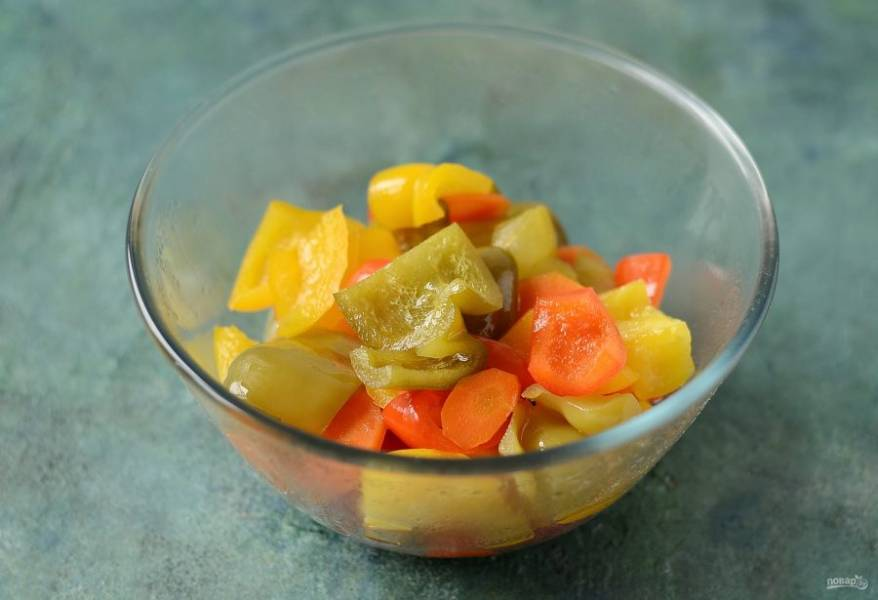 Готовую порцию перекладывайте в заранее подготовленную тару. Накройте крышкой, чтобы перцы не остывали.