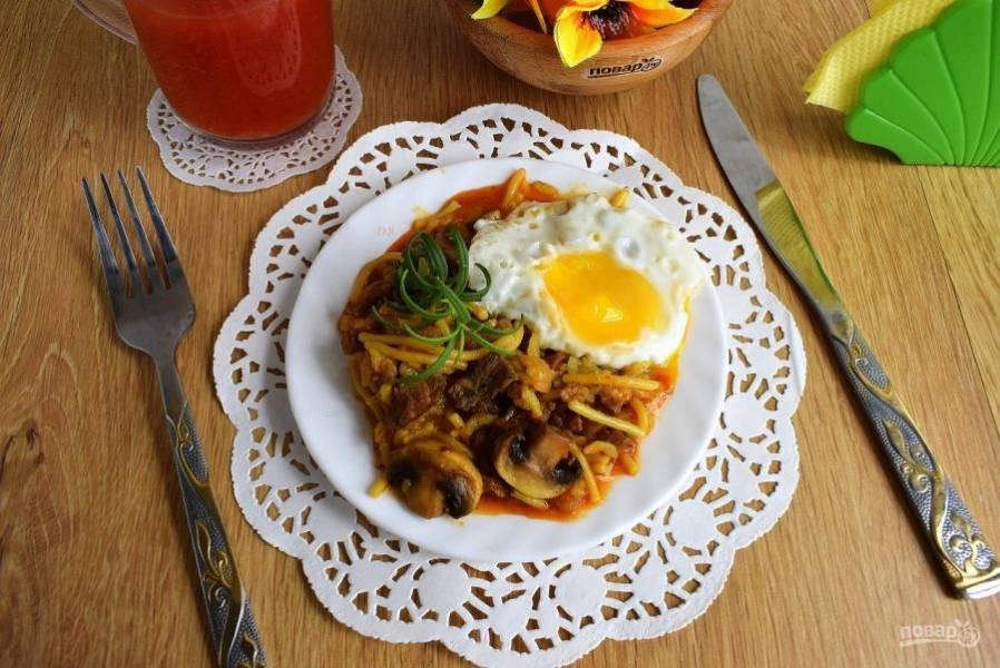 Выложите на тарелку. Подавайте с жареным яйцом и свежей зеленью. Приятного аппетита!