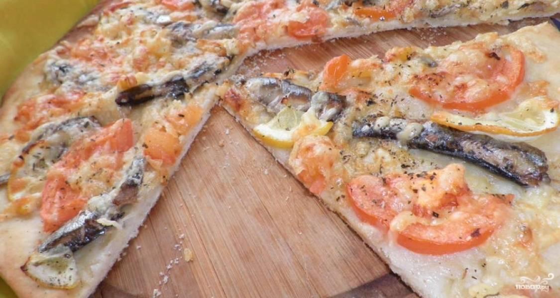Пиццу ставим в духовку на 20 минут. Температура - 180 градусов. Духовку необходимо предварительно разогреть. Кушаем готовую пиццу в горячем виде!