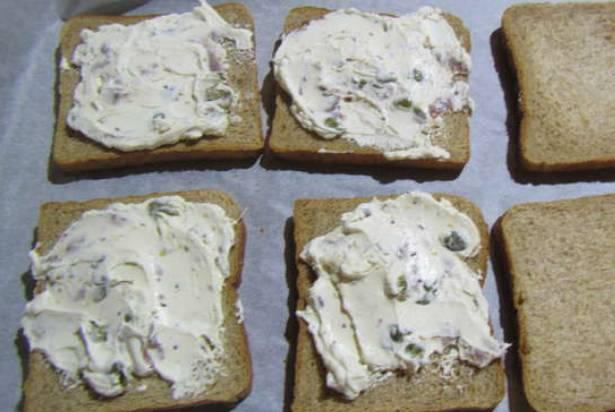 Намазываем на ломтики хлеба приготовленный соус.