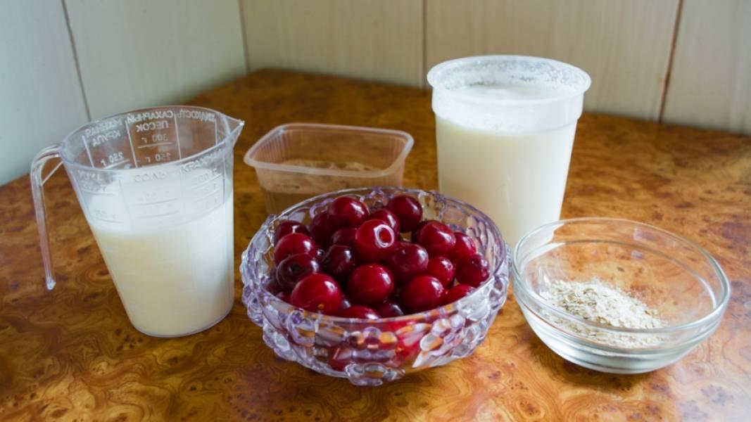 1. Коктейль на основе молока и меда можно готовить из любых ягод. В данном случае - это будут вишни. К коктейлю можно добавить йогурт и молоко, а также корицу - немаловажный компонент, который придаст смузи особый вкус.