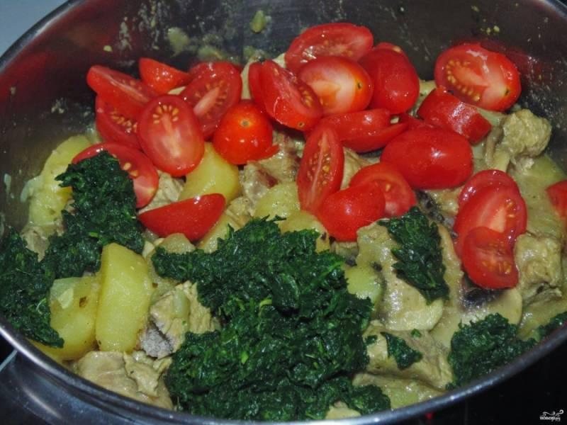 В конце добавьте порезанные помидоры и шпинат. Тушите еще минут 10.