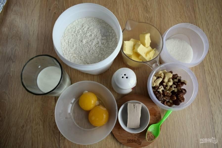 Подготовьте необходимые продукты. Муку просейте, желтки отделите от белков.