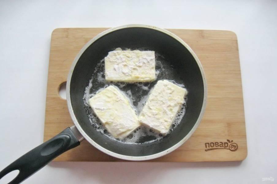Кусочки сыра выложите на горячую сковороду с растительным маслом.