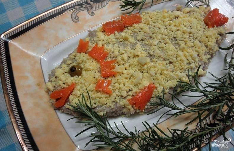 Отварной картофель, яйца и яблоки очищаем и измельчаем на крупной тёрке. С яблок можно слить лишний сок. В одной ёмкости перемешиваем эти ингредиенты с селдью и луком. Выкладываем форшмак на блюдо, украшаем морковью, яйцами и зеленью.