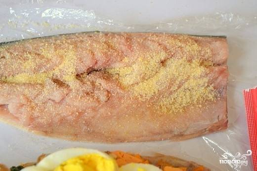 8. Вторую часть рыбки тоже подсолите, присыпьте специями и желатином.