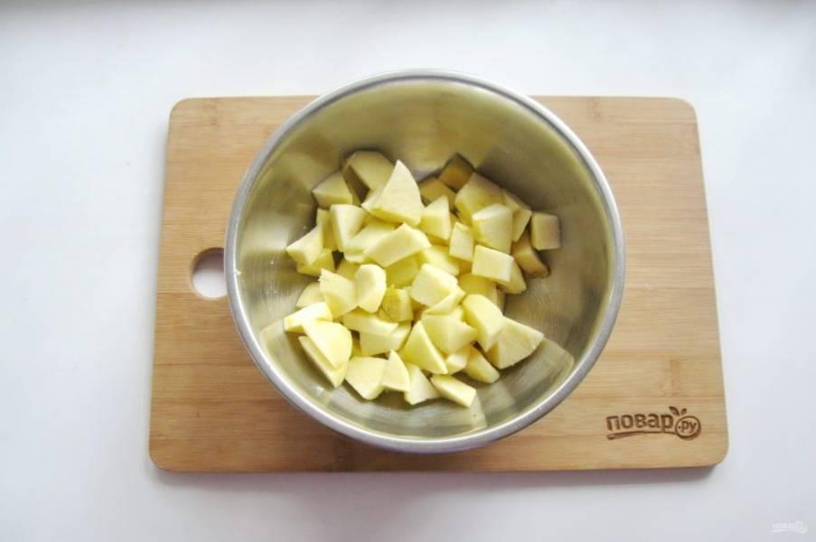 Яблоки помойте, очистите и нарежьте кубиками.