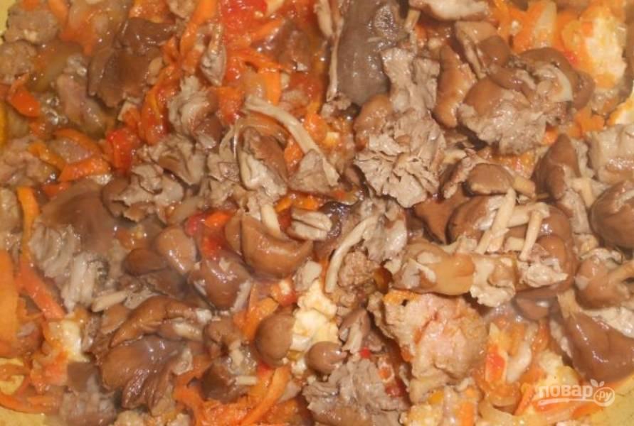 Кладем грибы, перемешиваем и тушим под крышкой еще 10-15 минут.
