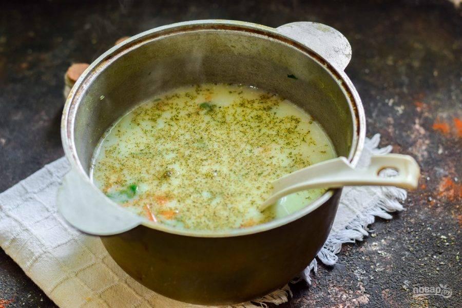 Добавьте щепотку хмели-сунели, проварите суп пять минут и подавайте к столу.