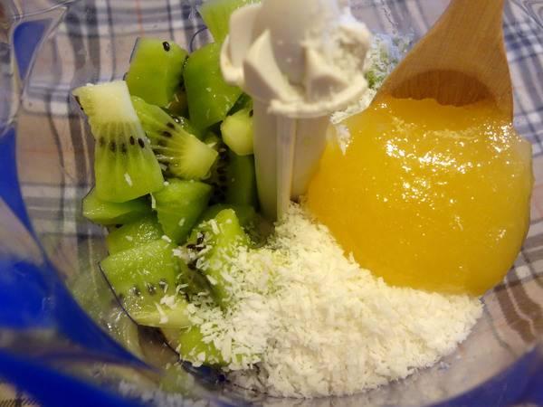 3. В блендер необходимо положить киви, добавить кокосовую стружку с медом. Измельчите в блендере ингредиенты до однородной массы. Постарайтесь, чтобы зернышки киви оставались целыми, они будут приятно хрустеть в десерте. Поставьте смесь в холодильник на полчаса.
