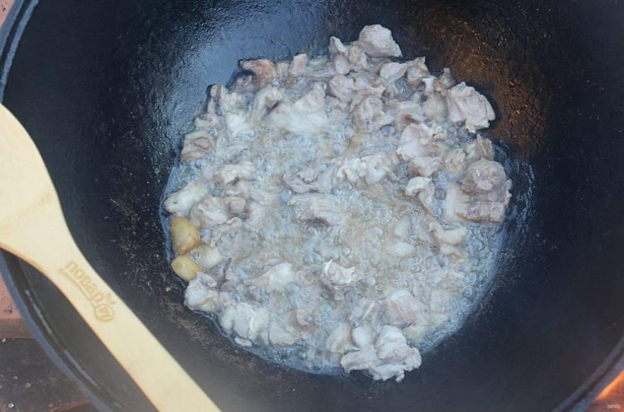 6. Добавьте мясо и хорошо обжарьте все вместе.