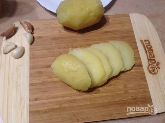 2. Очистим картофель и чеснок. Картофель нарежем кружочками. Желательно, чтобы кружочки картофеля и баклажана были примерно одного размера.