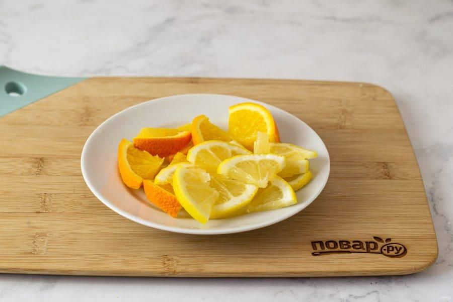 Второй лимон и второй апельсин нарежьте тонкими ломтиками.