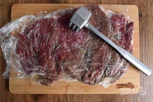 Мясо отбейте с помощью кухонного молоточка.