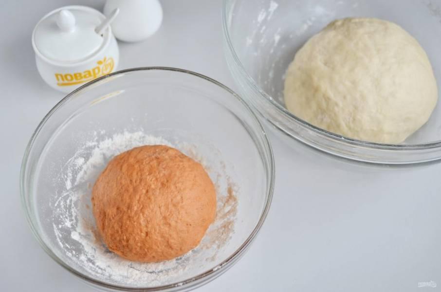 7. Отрежьте от белого теста 1/4 часть и добавьте томатную пасту (после 3 столовых ложки муки, чтобы замесить колобок). Обе части теста положите в разные миски, накройте полотенцами и поставьте в тепло на 1 час.