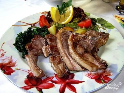 6.Готовые бараньи ребрышки вынимаем из решетки и подаем к столу. Приятного аппетита!