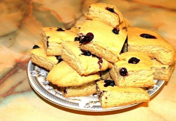 7. Отправить  в разогретую духовку минут на 40-45. Когда пирог со смородиной на кефире в домашних условиях зарумянится, его можно доставать. Немного остудив, нарезать порционными кусочками и при желании присыпать сахарной пудрой.