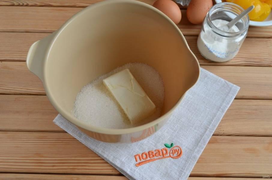 2. Возьмите глубокую тару для приготовления теста миксером. Положите туда холодное масло и сахар. Миксером на максимальных оборотах разотрите смесь до крошки.