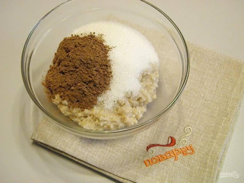 1. Смешайте сначала теплое сливочное масло с овсяными хлопьями быстрого приготовления, оставьте на 5-10 минут. После добавьте какао-порошок и сахар.