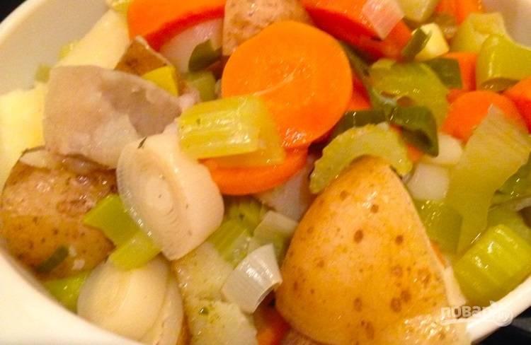 4.Удалите все овощи из формы и верните их в выключенную духовку, чтобы они не остывали.