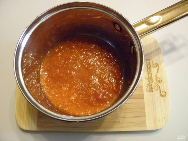 Вымытые помидоры перекрутите через мясорубку (или воспользуйтесь измельчителем). Полученный томатный сок с мякотью проварите 10 минут.
