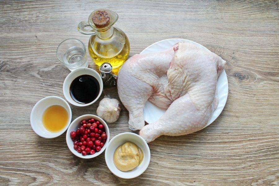 Подготовьте все необходимые ингредиенты для приготовления куриных ножек в брусничном маринаде. Ягоды вымойте и обсушите.