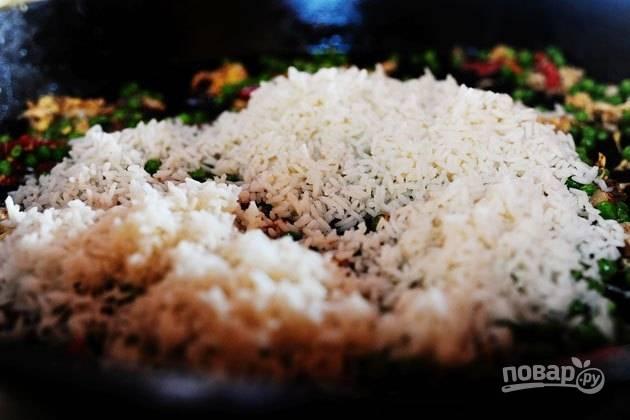 14. Добавьте готовый рис, томите все вместе пару минут.