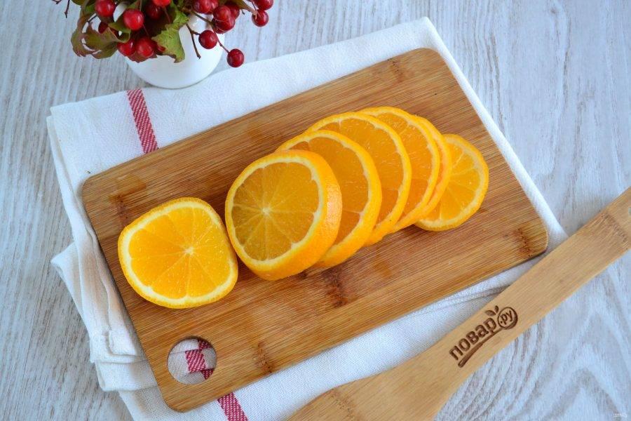 Апельсин порежьте кружочками. Очищать апельсин не стоит.