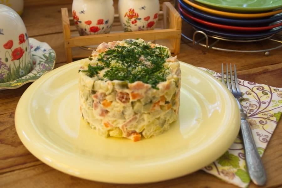 Заправьте салат майонезом. Уложите салат столбиком в сервировочное кольцо. Утрамбуйте. Снимите кольцо. Украсьте — и подавайте салат к столу.
