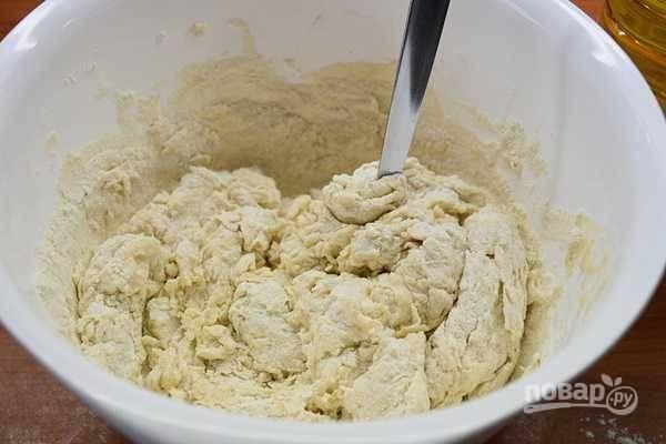 2. Затем порциями всыпьте муку, постоянно помешивая массу.