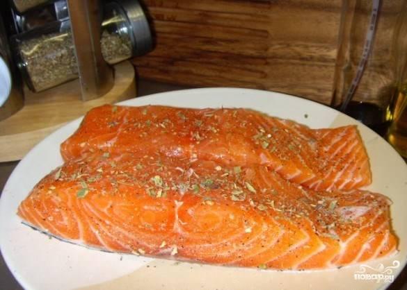 Если у Вас нет готового пюре, то первым делом ставьте на плиту вариться картофель. Пюре можно приготовить за 15-20 минут. В это же время стейки натираем солью, перцем и приправами. Духовку ставим разогреваться до 230 градусов.