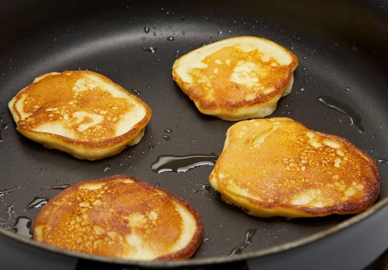 В сковороде разогреваем немного масла. Выливаем на него аккуратно по столовой ложке теста, обжариваем оладьи до золотистости с обеих сторон.