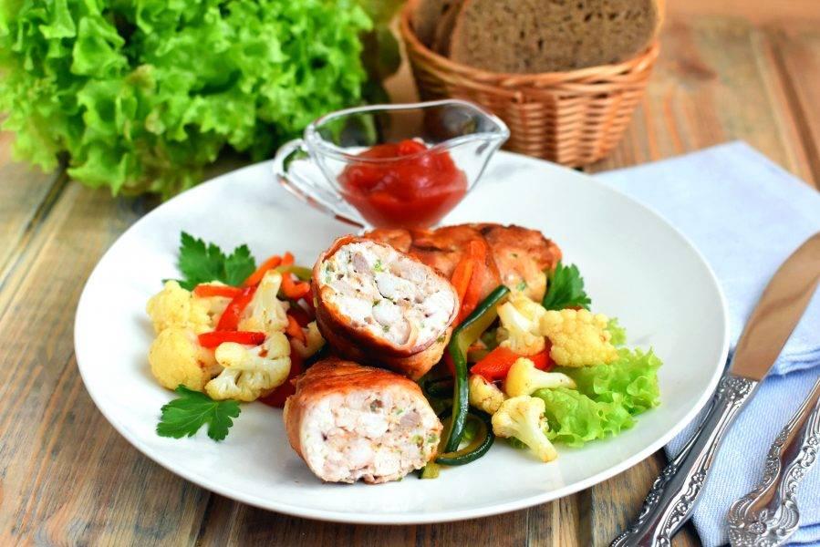 Подавайте котлеты сразу же, горячими. На гарнир отлично подойдут овощи, которые можно слегка обжарить на жире, оставшемся после приготовления котлет.