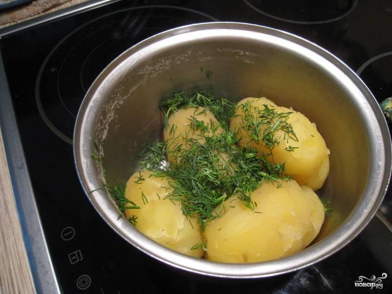 Во время варки картофель варим. Затем сливаем воду, добавляем сливочное масло и мелко нарубленный укроп.