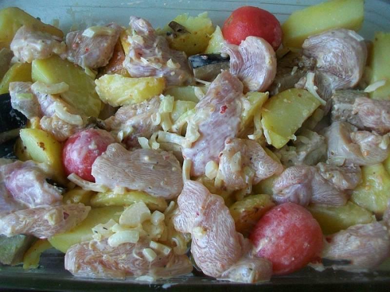 Сверху на овощи выкладываем курицу с луком.