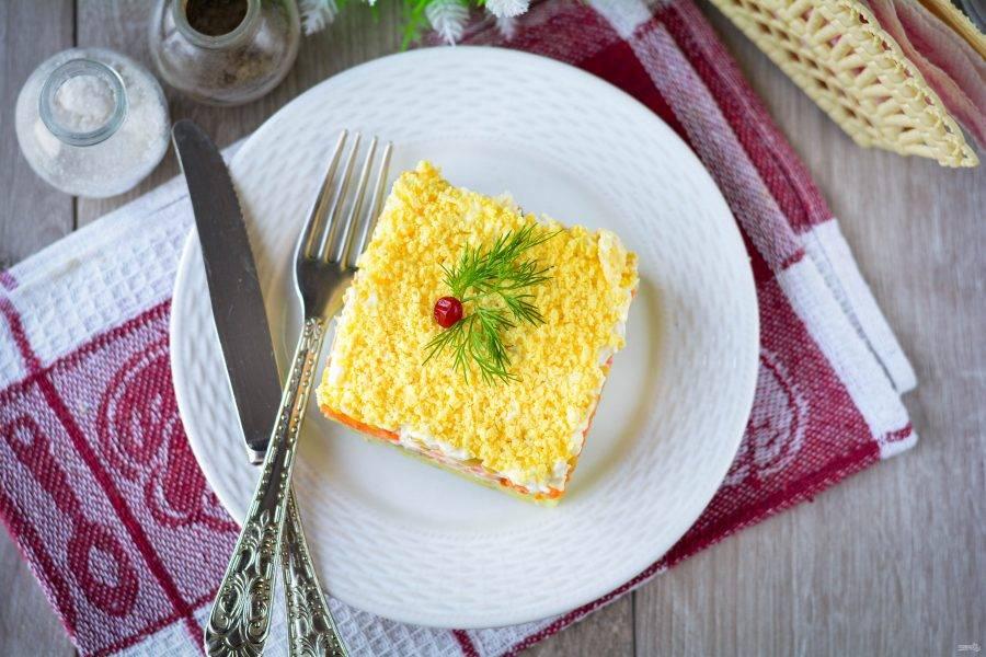 Салату дайте пропитаться в холодильнике в течение 20-25 минут, затем подавайте к столу. Приятного аппетита!