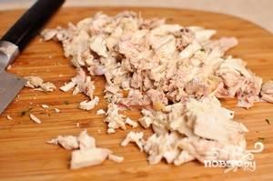 Приготовьте курицу. Отделите несколько кусков от костей и кожи, мелко нашинкуйте.