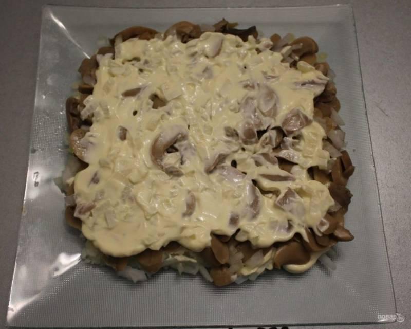 4. Смажьте грибы майонезом, а лук выложите сверху, так он дополнительно промаринуется.